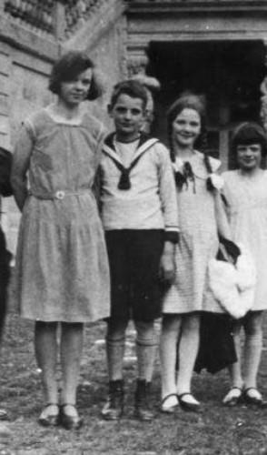 Seu pai era crítico do nazismo, mas ela e seus irmãos participaram de atividades do Partido.