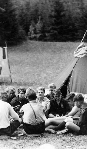 Sophie ingressou na Liga das Meninas Alemãs e Hans Scholl entrou na Juventude Hitlerista.