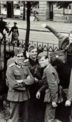 1939 - Hans conheceu Alexander Schmorell, Christoph Probst e Willi Graf que também criticavam o regime.