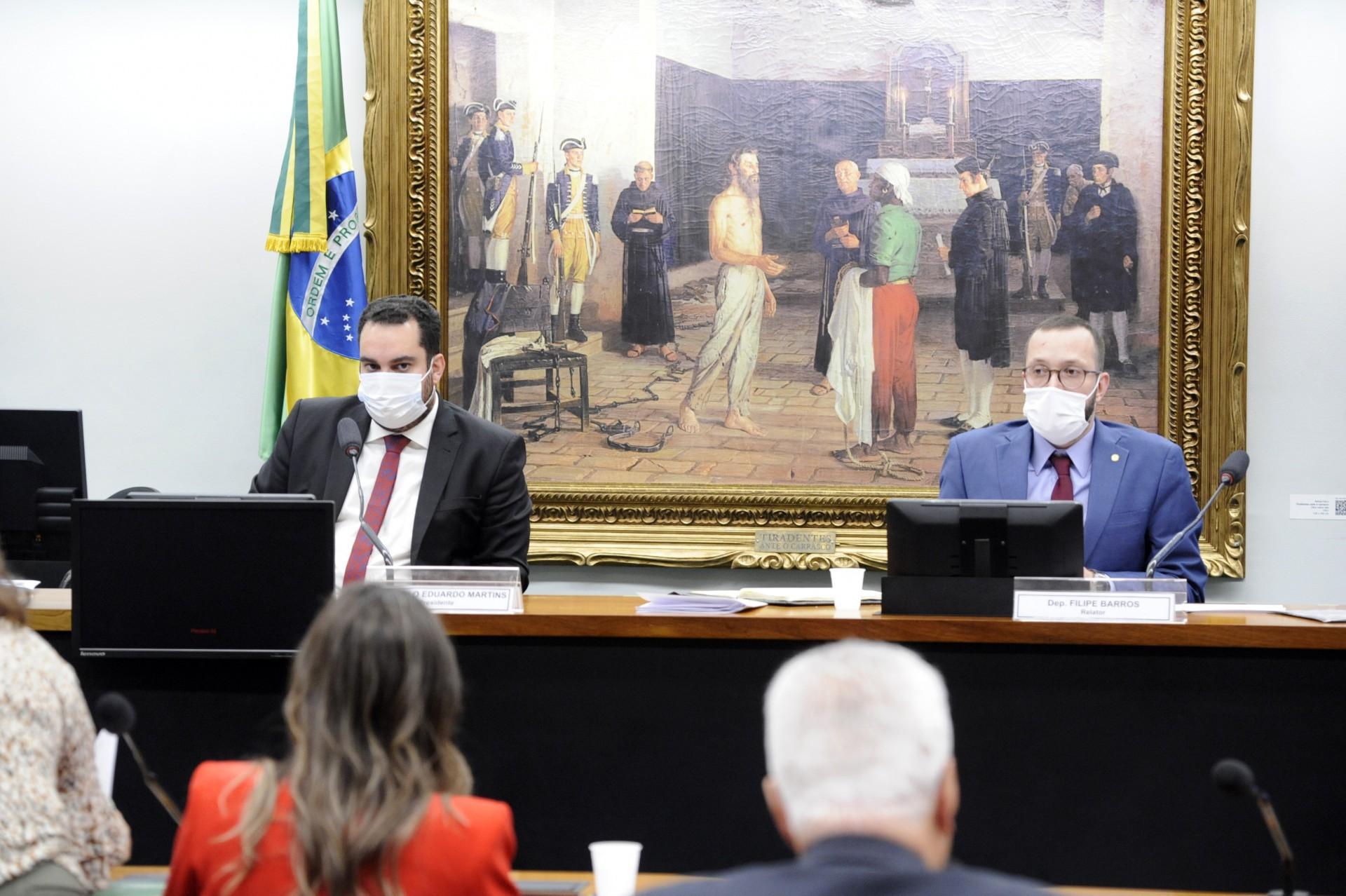 Filipe Barros (à direita), relator da PEC do voto impresso