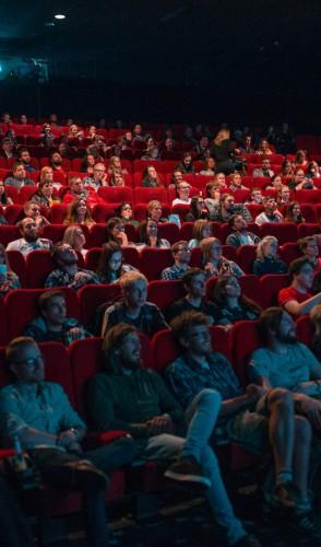 Se a estreia for no cinema, NÃO faça como as pessoas da imagem. Use máscara sempre e mantenha o distanciamento.