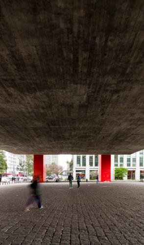 Lina entendia a arquitetura como mediadora de encontros sociais, valorizando a cultura e versatilidade.