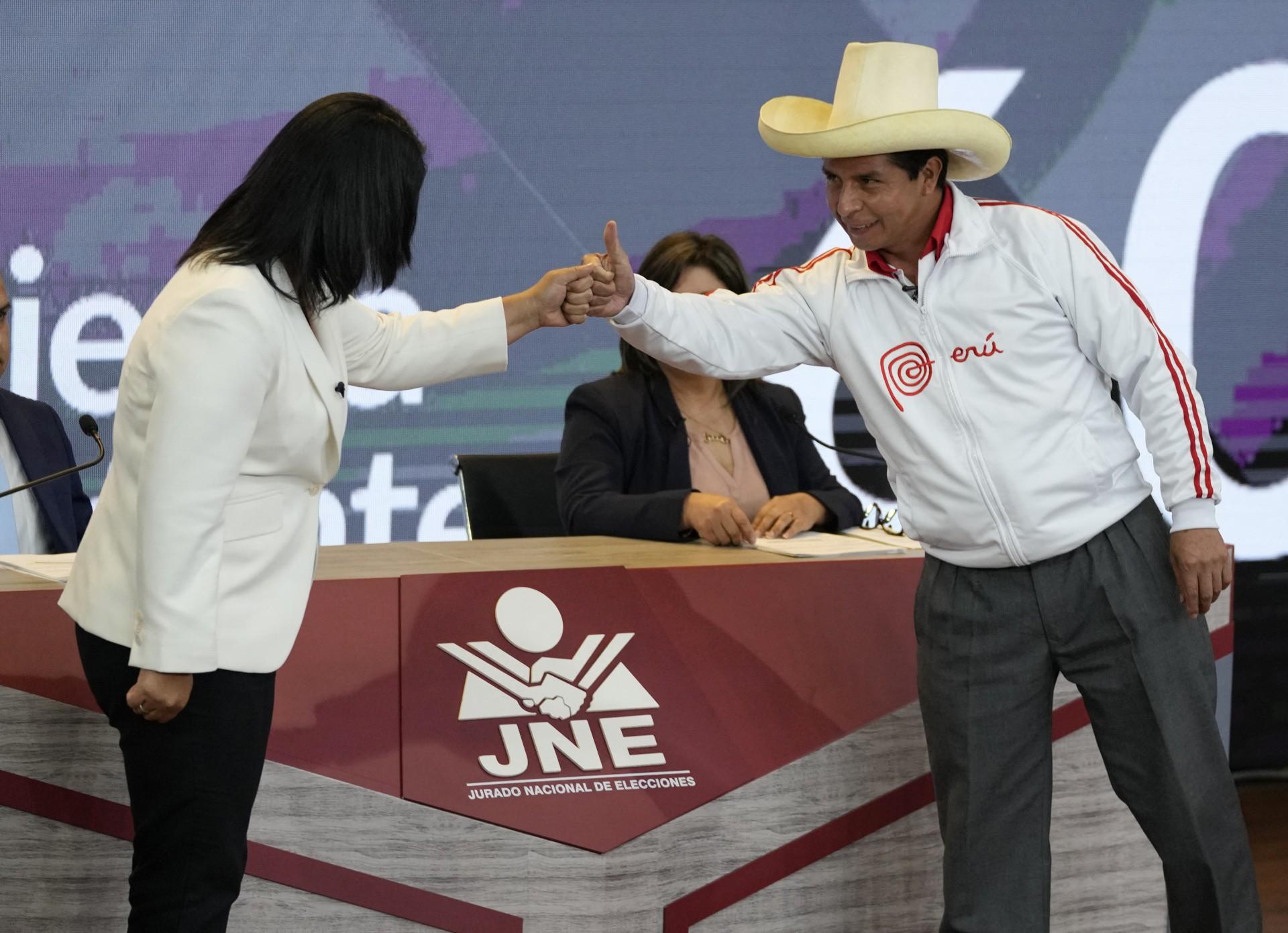 Os candidatos presidenciais peruanos, o socialista Pedro Castillo (R) e a direita Keiko Fujimori (L), cumprimentam antes do início de seu último debate antes do segundo turno das eleições de 6 de junho, em Arequipa, Peru, em 30 de maio de 2021. - Os candidatos debateram questões de saúde, educação, segurança, economia e corrupção. (Foto de Martin Mejia / X07403 / AFP)