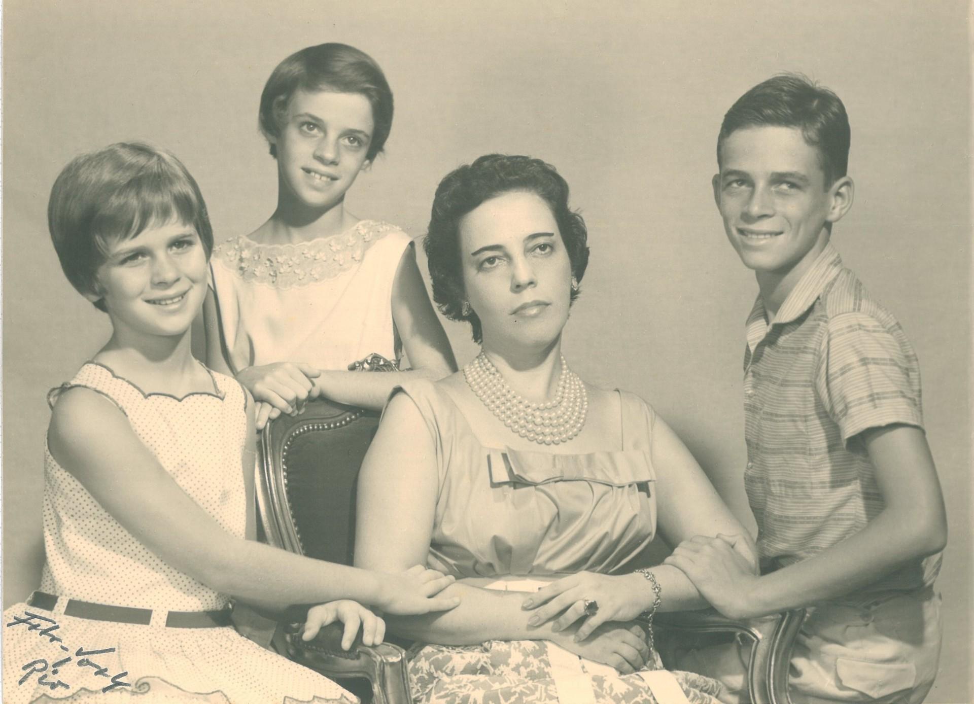 Zuzu Angel com os filhos Hildegard, Ana e Stuart