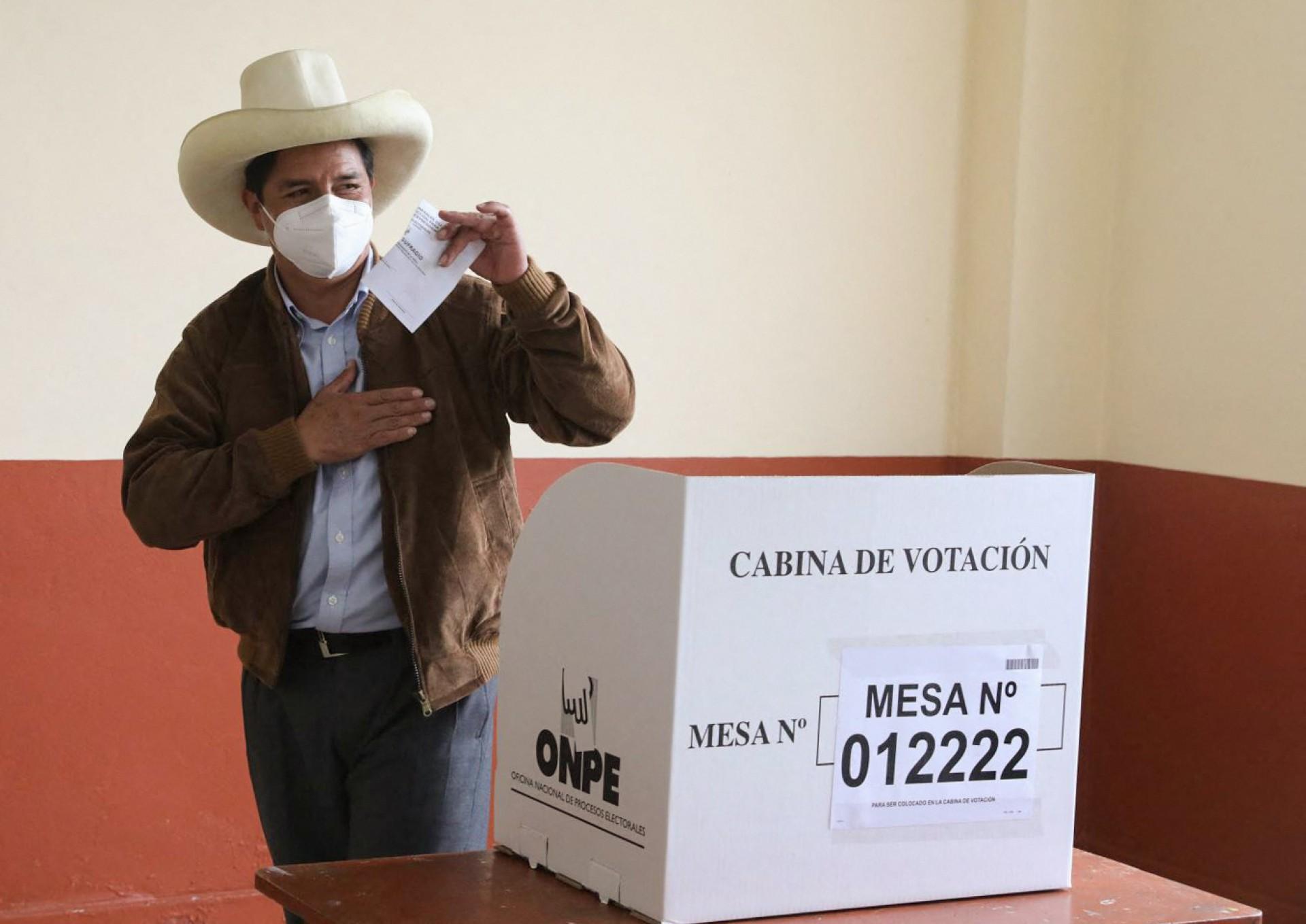 Esta foto divulgada pela Presidência do Peru mostra o candidato presidencial peruano Pedro Castillo, votando em uma mesa de votação em sua cidade natal, Tacabamba, em Cajamarca, durante o segundo turno presidencial em 6 de junho de 2021, em que enfrenta o candidato de direita Keiko Fujimori. - Os peruanos enfrentam uma escolha polarizada entre a populista de direita Keiko Fujimori e o esquerdista radical Pedro Castillo quando elegem um novo presidente no domingo, em um país desesperado por um retorno à normalidade após anos de turbulência política. (Foto por Handout / Presidência Peruana / AFP)