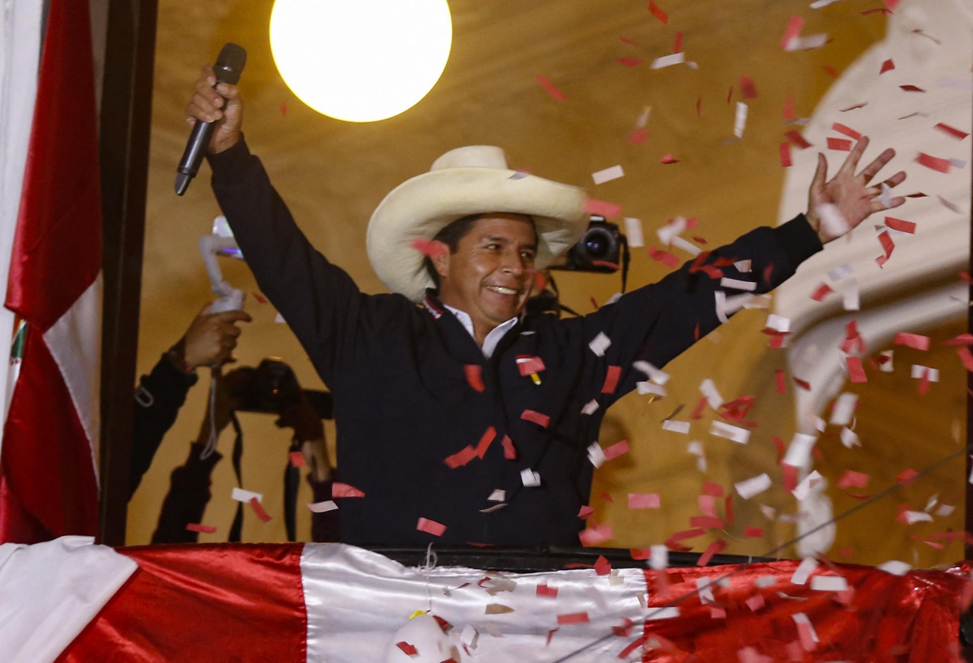 O candidato presidencial de esquerda peruano Pedro Castillo, do Peru Libre, acena para apoiadores da sacada da sede de seu partido em Lima em 8 de junho de 2021, mantendo uma pequena vantagem na contagem final de votos com o candidato de direita Keiko Fujimori na Fuerza Popular após o segundo turno. 6 de junho - O Peru estava em perigo na terça-feira quando o populista de direita Keiko Fujimori gritou falta depois que o rival de extrema esquerda Pedro Castillo assumiu uma vantagem estreita na reta final da contagem de votos para decidir quem será o próximo presidente do país. (Foto de Gian MASKO / AFP)
