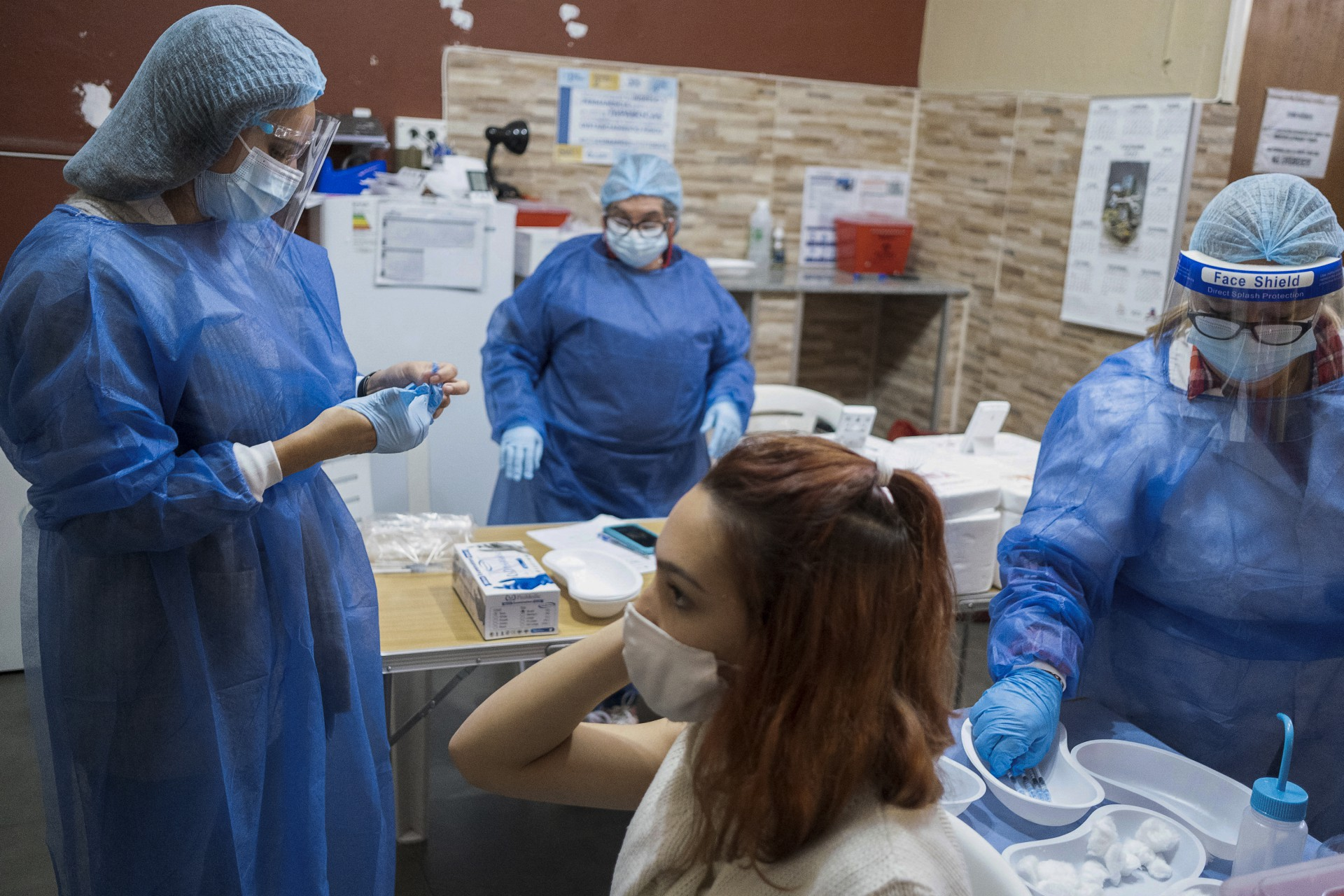 adolescente enquanto espera receber a primeira dose da vacina Pfitzer BioNTech contra COVID-19 em Montevidéu em 9 de junho de 2021. - Uruguai começou a vacinar menores de 12 a 17 anos contra COVID-19 na quarta-feira. (Foto de Pablo VIGNALI / adhoc / AFP)