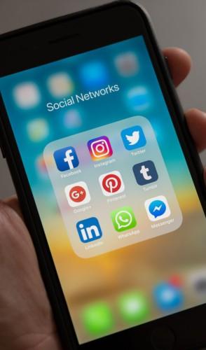 O Marketing Digital, por exemplo, trabalha com compra de mídia no Google e nas redes sociais, prioritariamente.