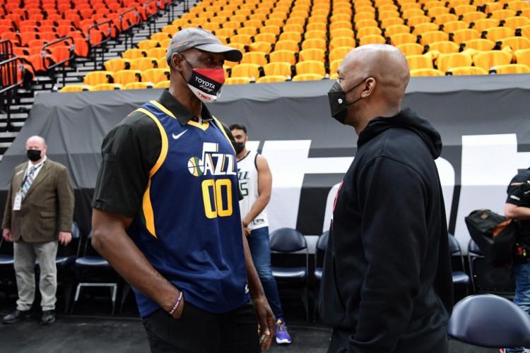 Karl Malone (camisa 00), ídolo do Utah Jazz, conversa com Chauncey Billups, atual assistente técnico do LA Clippers(Foto: Adam Pantozzi / NBAE / Getty Images via AFP)