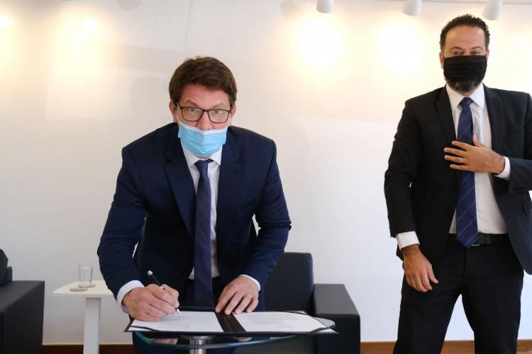 Secretário-executivo do Ministério do Turismo, Daniel Nepomuceno, e o secretário Especial da Cultura, Mário Frias.(Foto: ROBERTO CASTRO/ MTUR)