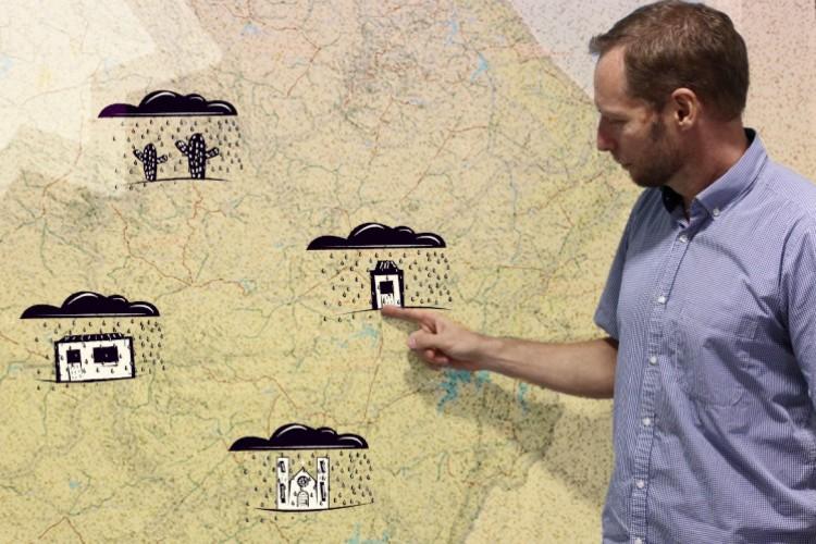Julien Burte, pesquisador francês, indica no mapa um dos lugares estudados no sertão cearense (Foto: FÁBIO LIMA COM INTERVENÇÃO DE ISAC BERNARDO)