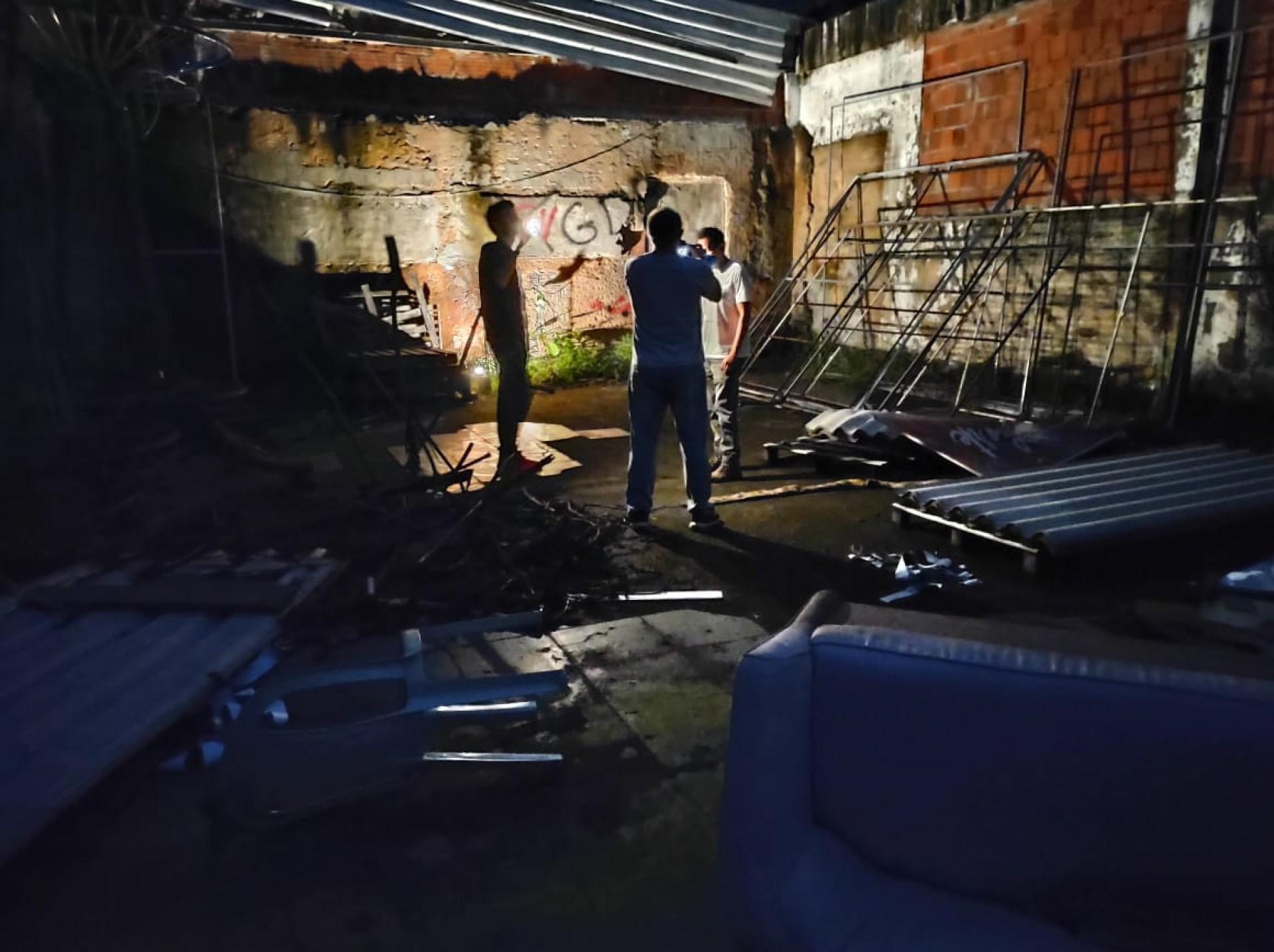 (Foto: CINTHIA MEDEIROS)Técnicos, fotógrafos e roteirostas na preparação do estúdio para a gravação das cenas internas do documentário Guerra Sem Fim, do O POVO Mais