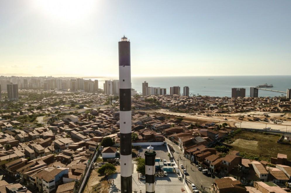 """Farol """"novo"""", à direita, foi inaugurado em 1957 e funcionou até 2017, quando foi inaugurado o atual farol de Fortaleza, o maior das Américas, à esquerda na foto(Foto: O POVO.doc)"""