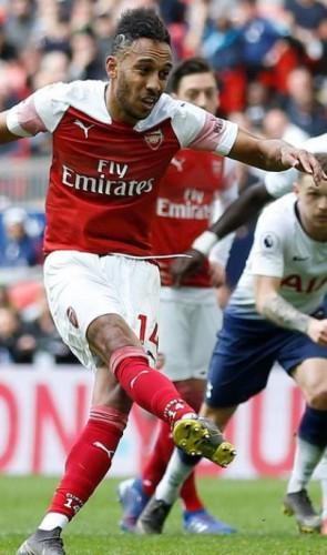 3º   Agora vem o atacante Aubameyang, do Arsenal…
