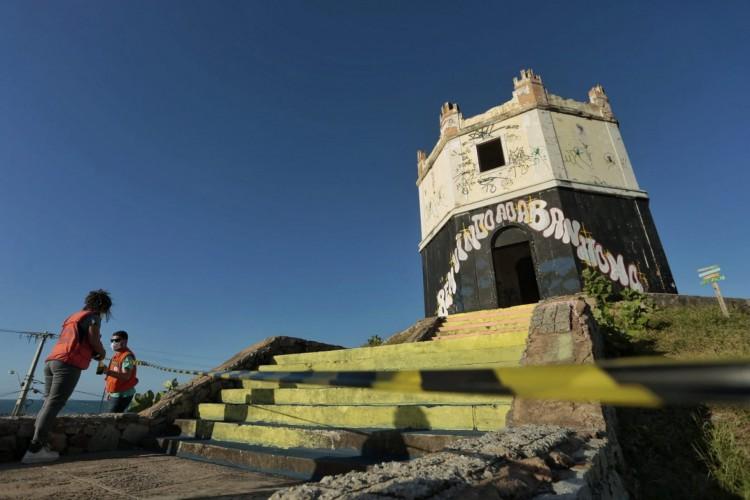 Defesa Civil esteve no Farol Velho e isolou área nesta terça(Foto: AURÉLIO ALVES/O POVO)