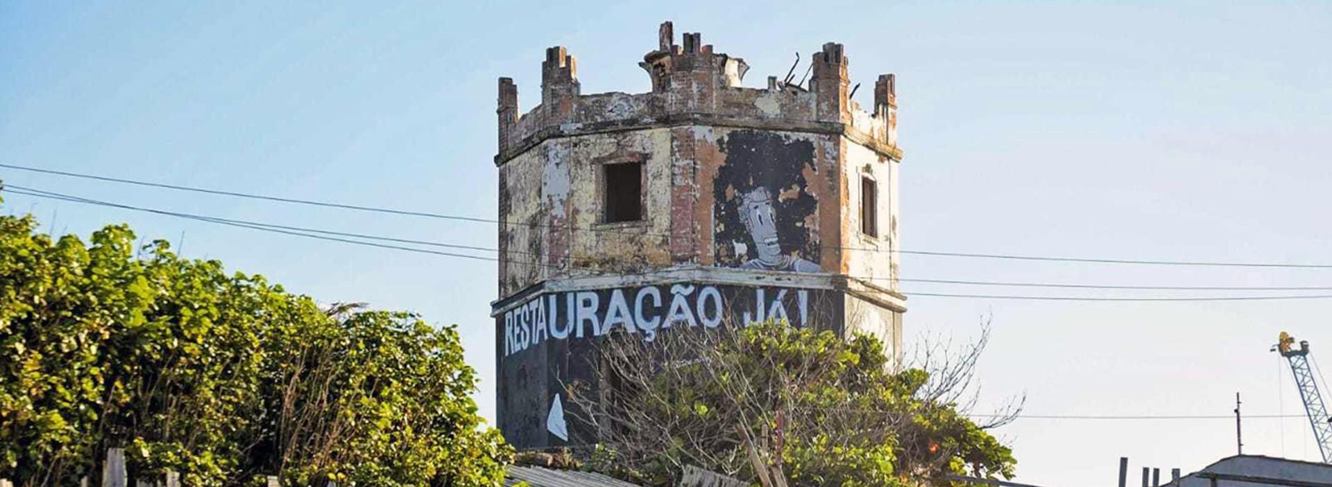 CAPA - Parte da torre do Farol Velho desmoronou nesta terça-feira (Foto: Aurélio Alves)