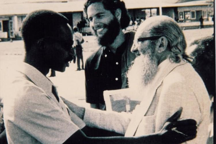 Paulo Freire, ao lado de Miguel Darcy de Oliveira, do Instituto de Ação Cultural (Idac), e de Mário Cabral, ministro da Educação de Guiné-Bissau, África, em 1978(Foto: Acervo Paulo Freire)