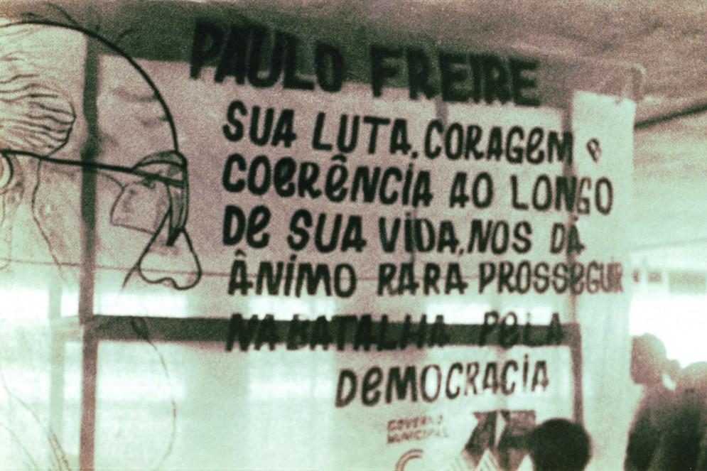 Faixa em homenagem às lutas de Paulo Freire, em fotografia de 1996(Foto: Acervo Paulo Freire)