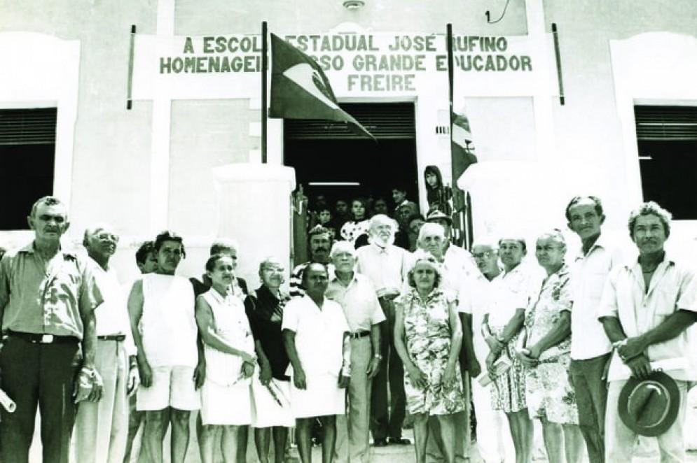De volta a Angicos, no Rio Grande do Norte (RN), 30 anos depois da experiência de alfabetização na cidade, Paulo Freire recebe homenagem na escola José Rufino, em 1993(Foto: Acervo Paulo Freire)