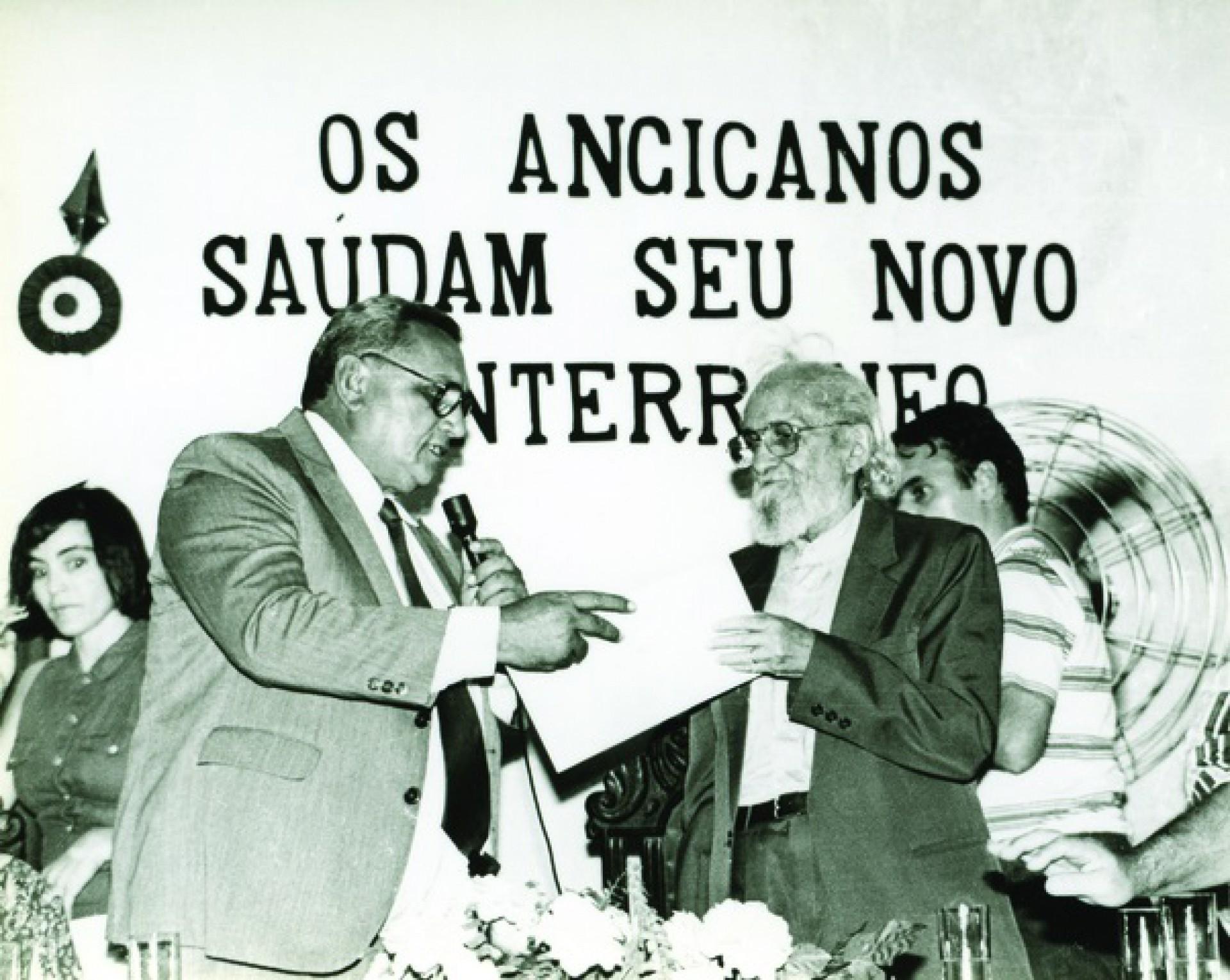 Paulo Freire recebendo o título de cidadão de Angicos, no Rio Grande do Norte (RN), em 1993(Foto: Acervo Paulo Freire)