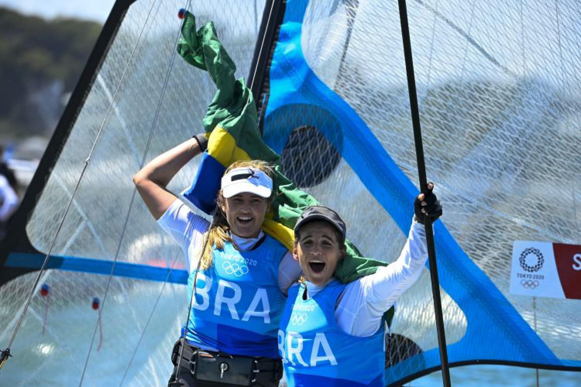 Martine Grael e Kahena Kunze conquistaram a medalha de ouro na vela (Foto: Olivier MORIN / AFP)