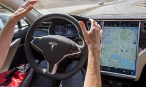 Tesla ainda é tonto e confunde lua com semáforo. Erra o trem. E congestiona o trânsito