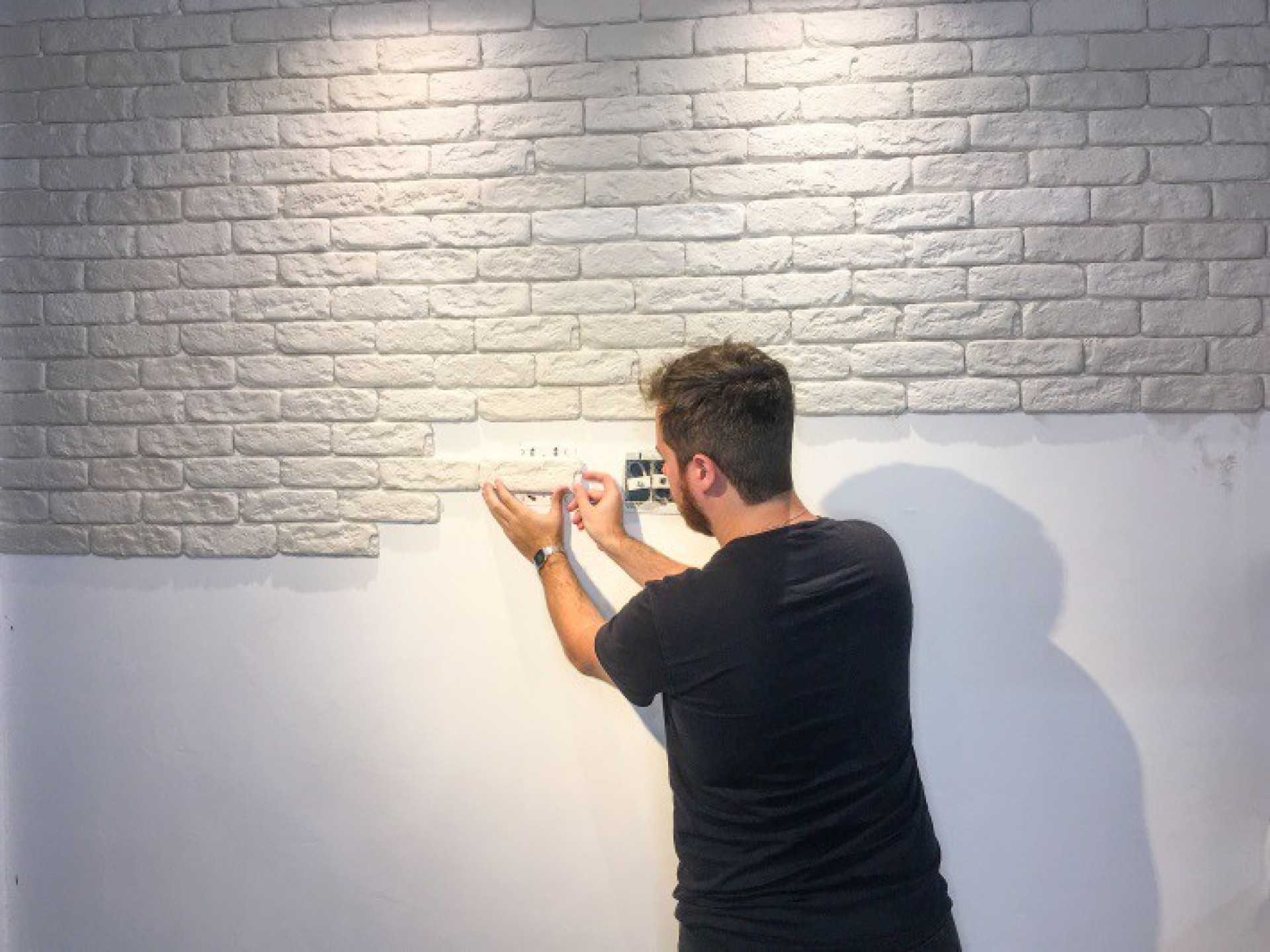 Montagem de parede com tijolinhos(Foto: Blog Almeida materiais)