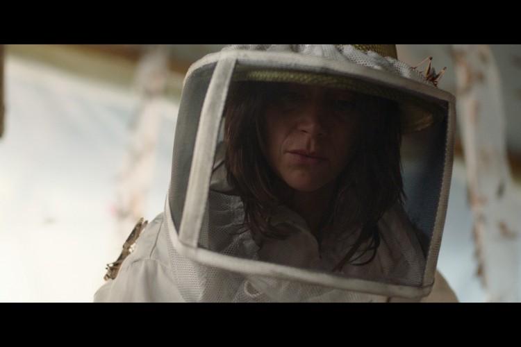 Virginie Hébrard (Suliana Brahim) é uma mãe solo que cuida dos dois filhos a partir do trabalho em uma fazenda de criação de gafanhotos em 'A Nuvem'(Foto: Netflix / divulgação)