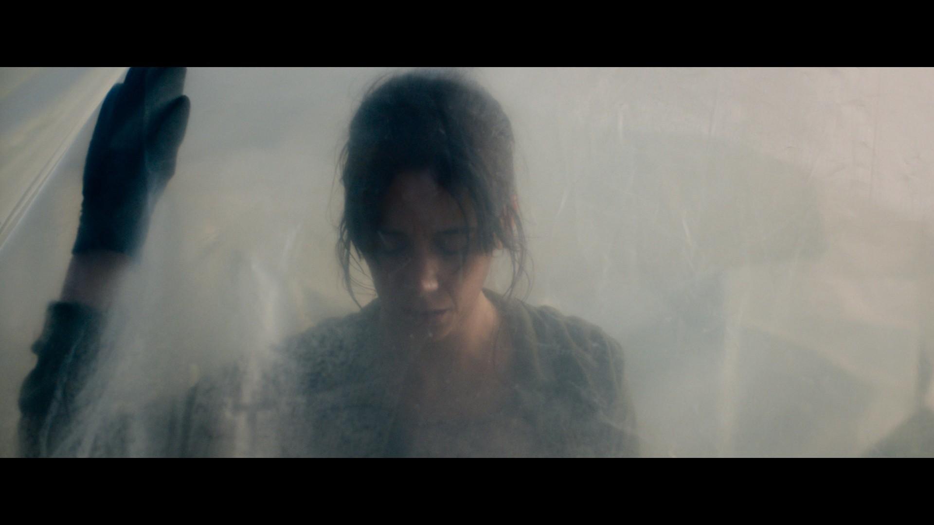 Virginie Hébrard (Suliana Brahim) é uma mãe solo que cuida dos dois filhos a partir do trabalho em uma fazenda de criação de gafanhotos em 'A Nuvem' (Foto: Netflix / divulgação)
