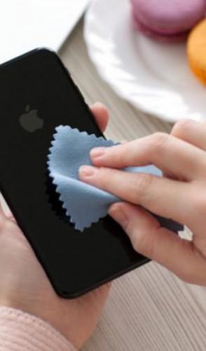 Evite tecidos que deixam fiapos na tela. Use aqueles de microfibra, limpo e seco.