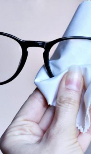 Geralmente, aqueles panos que vêm junto com os óculos são perfeitos para esse uso nas telas.
