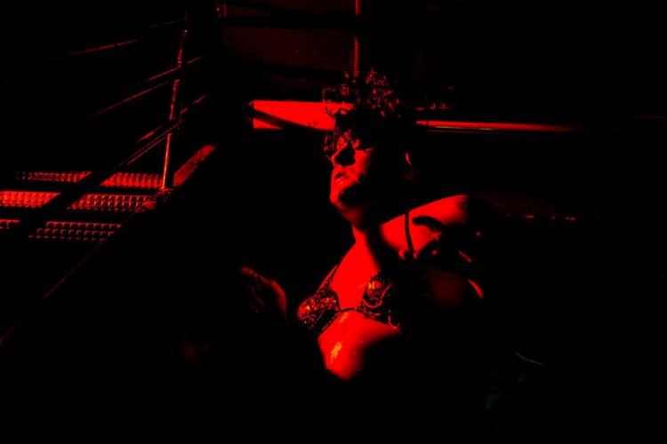 Artista translinguagens e arte-educadora, Georgia Vitrilis tem experiências em teatro, cinema e performance. Na foto, a atriz no espetáculo 'Contranatura' (Foto: Luiz Alves / divulgação)