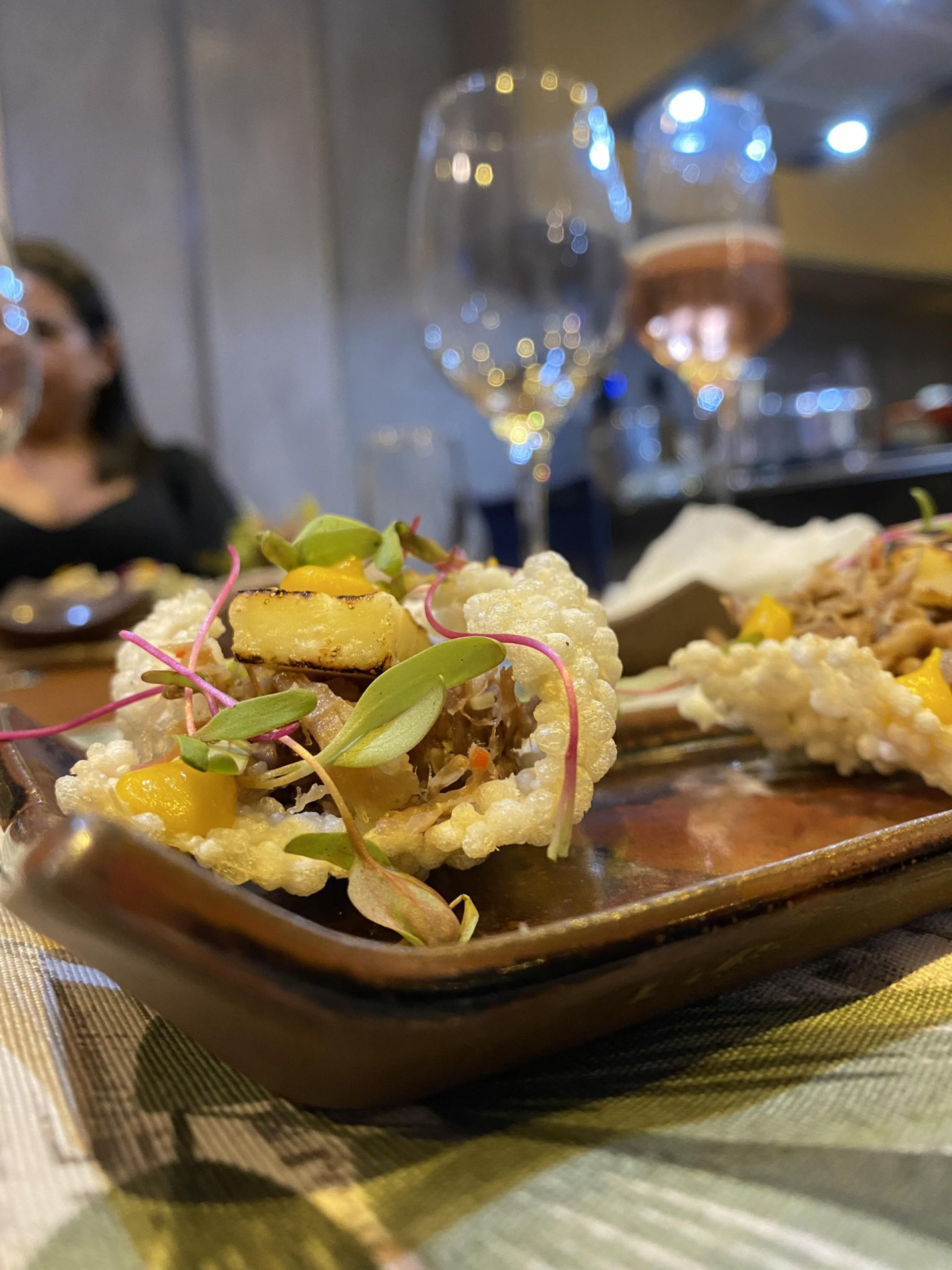 Tapioca flocada guarnecida com ragú de cordeiro, queijo coalho e purê de jerimum, assinada pelo colunista com o colega Fernando Barroso (Foto: divulgação)