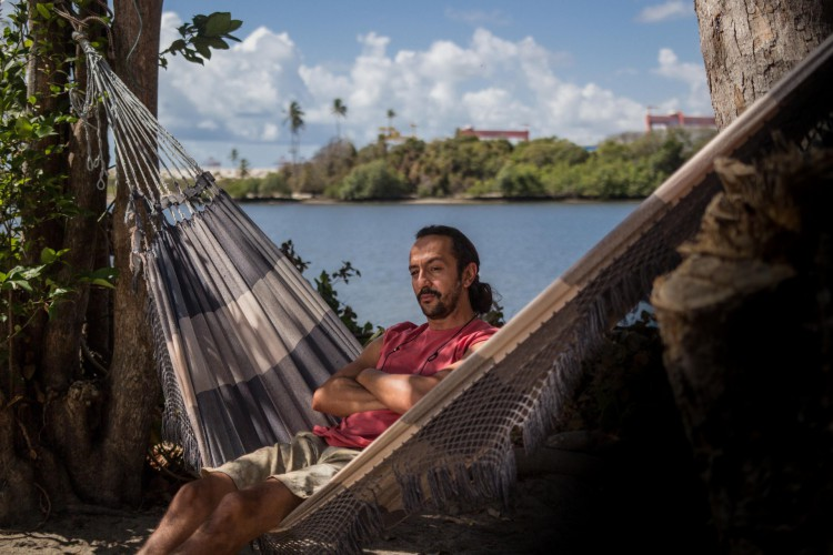 Omar (Irandhir Santos) cuida do bar Paraíso do Mar com a família (Foto: divulgação)