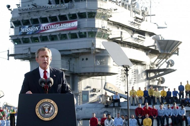 O presidente George W. Bush fala à nação a bordo do porta-aviões nuclear USS Abraham Lincoln em 01 de maio de 2003, logo após a derruba de Saddam Hussein, no Iraque(Foto: STEPHEN JAFFE / AFP FILES / AFP)