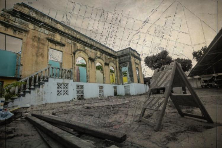 Prédios Históricos destruídos: imagem de sábado, 17 de julho, registra o Casarão dos Gondim sendo demolido, mesmo em processo de tombamento(Foto: Aurelio Alves)