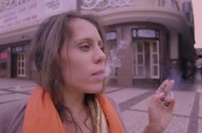 A atriz Jéssica Teixeira em frame do curta 'Curva Sinuosa', dirigido por Andréia Pires