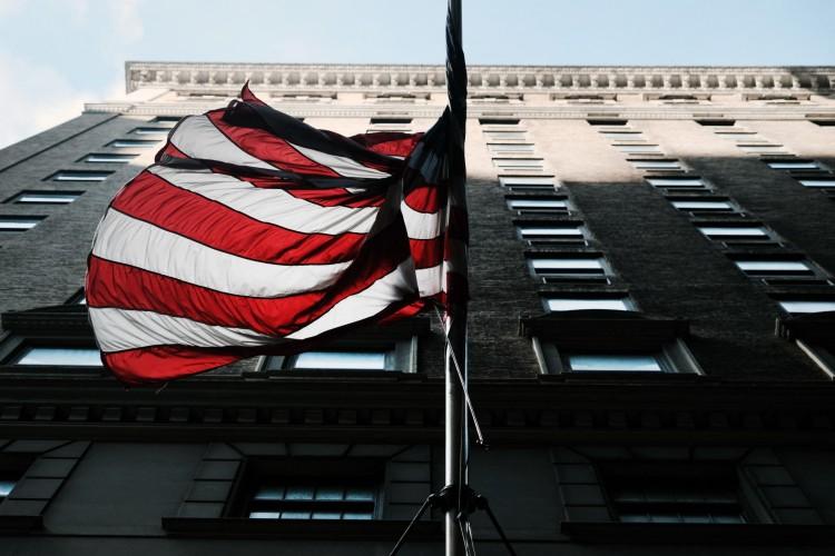 NOVA IORQUE, NOVA IORQUE - 30 DE AGOSTO: Uma bandeira americana fica acima de um hotel recentemente fechado no centro em 30 de agosto de 2021 na cidade de Nova York. Foto: Spencer Platt / Getty Images / AFP(Foto: Spencer Platt / Getty Images / AFP)