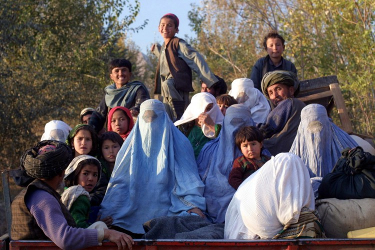 (ARQUIVOS) Esta foto de arquivo tirada em 4 de novembro de 2001 mostra residentes da aldeia de Kalaqata, no nordeste do Afeganistão, fugindo da área da linha de frente enquanto aviões de combate dos EUA bombardeiam posições do Talibã nas proximidades (Foto de JOEL ROBINE / AFP)(Foto: JOEL ROBINE / AFP)