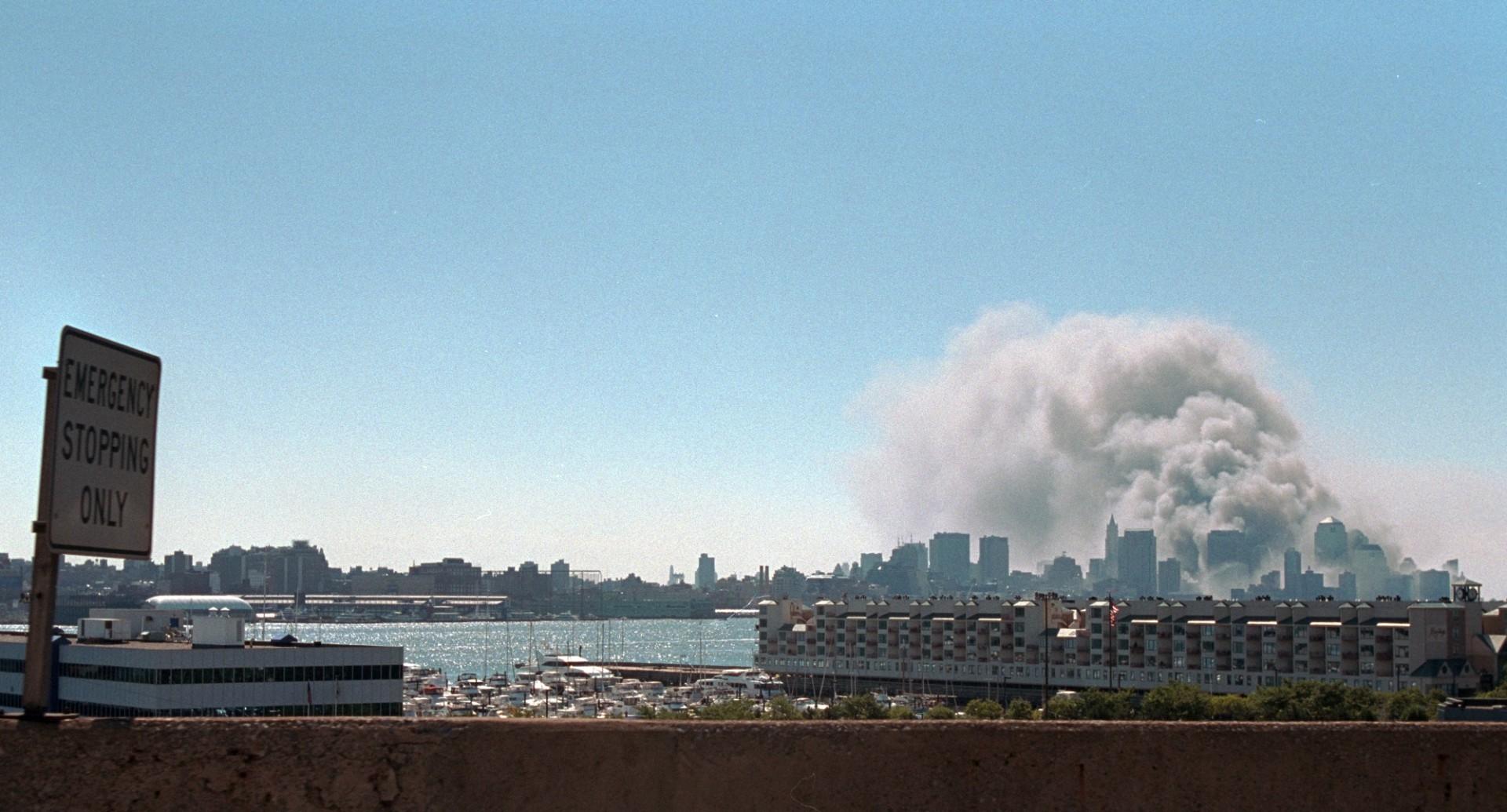 A fumaça sobe do local do World Trade Center na terça-feira, 11 de setembro de 2001(Foto: Escritório de fotografia da Casa Branca)