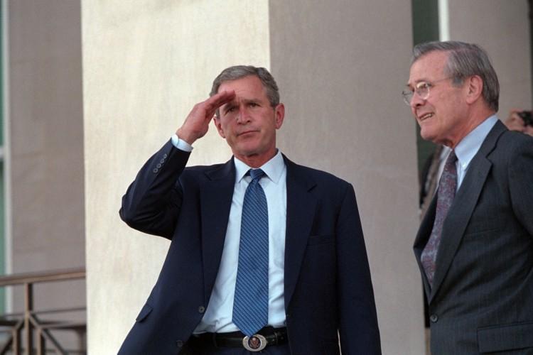 President George W. Bush gives a salute Wednesday,  Sept. 12, 2001, as he leaves the Pentagon with Secretary of Defense Donald Rumsfeld.  Photo by Eric Draper, Courtesy of the George W. Bush Presidential Library(Foto: Eric Draper/Fotografia da Casa Branca)