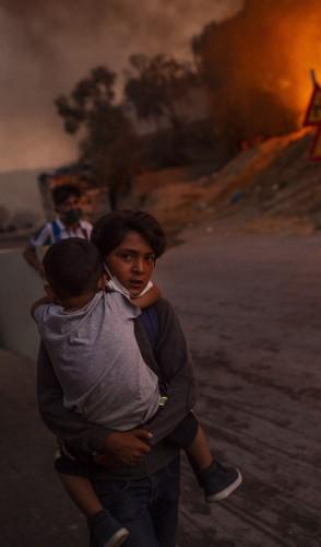 Uma distopia apresenta o sofrimento humano em sociedades em condições catastróficas
