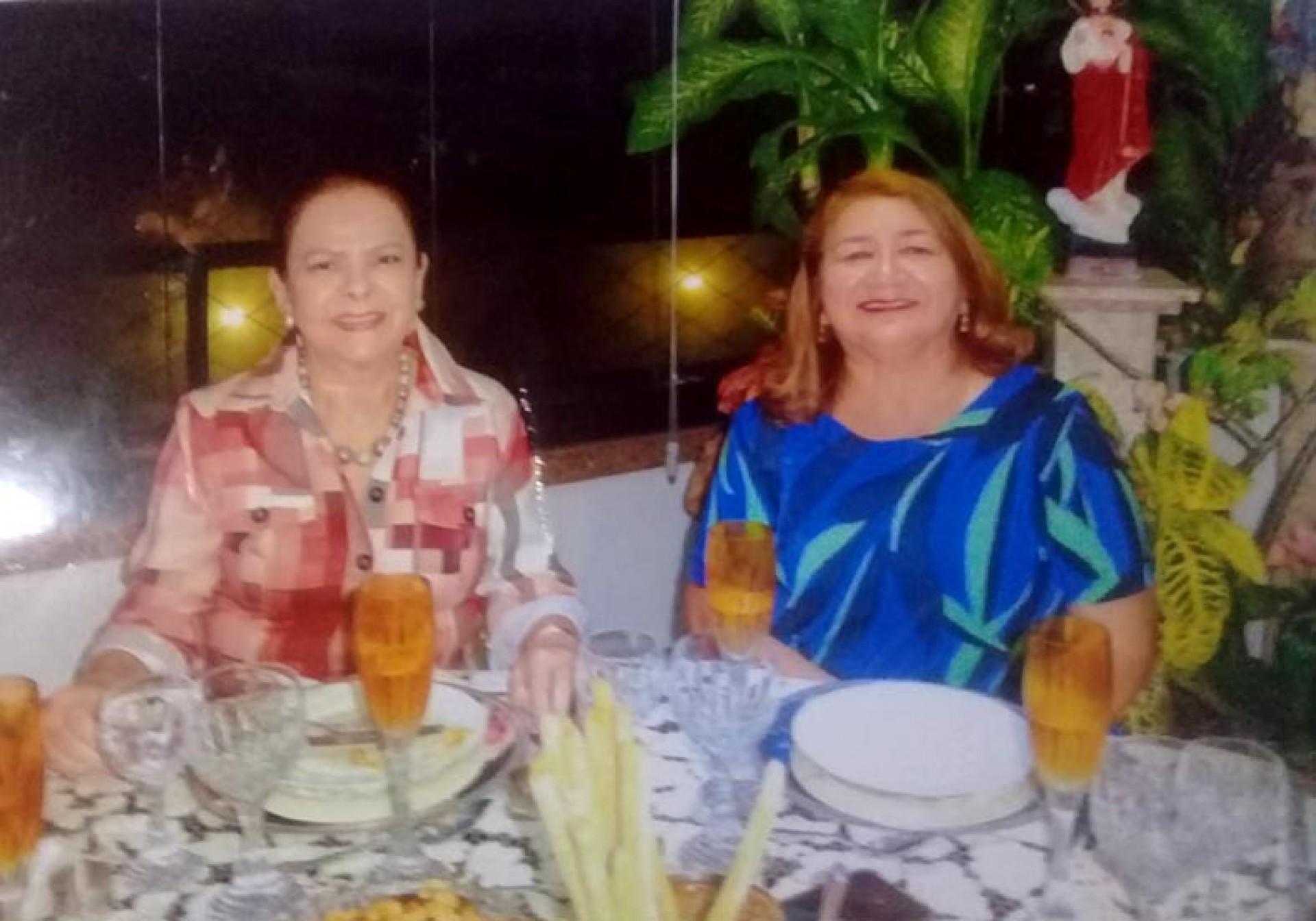 No Jangada Clube, só uma em azul, porém as duas são, Nadja Parente e Maria Vital  (Foto: 130921Lucio)