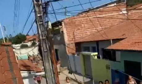 Vídeo mostra adolescente agonizando, enquanto populares gritam de desespero e policiais tentam isolar local