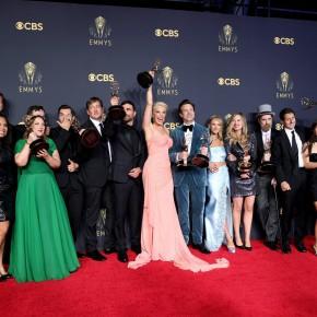 A equipe de 'Ted Lasso', série de comédia que ganhou sete troféus no total, incluindo o principal do gênero. É a primeira vitória da Apple TV