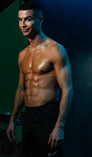 Fora os treinos no clube, ele mantém exercícios na piscina, de pilates e de ioga.