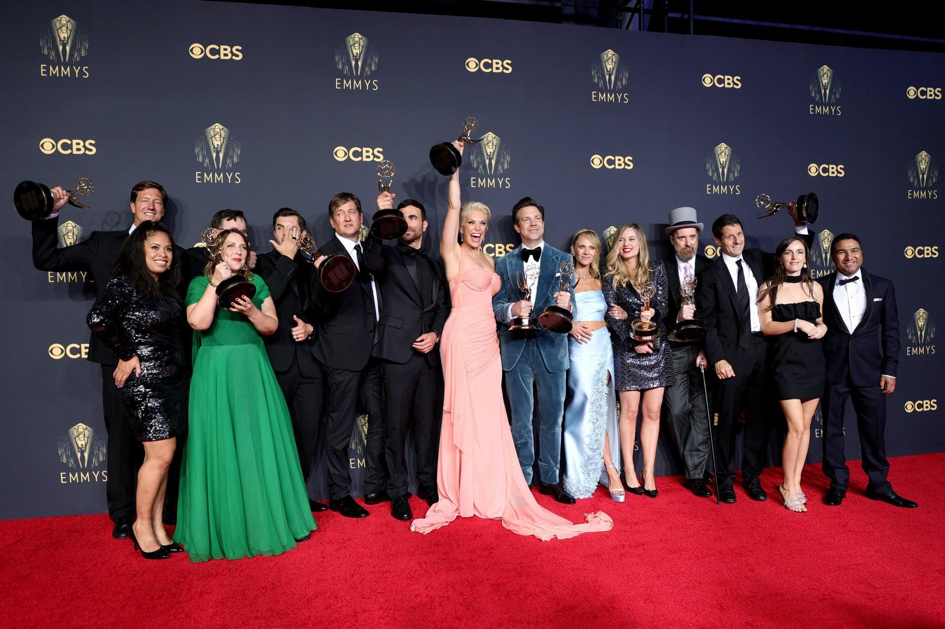 A equipe de 'Ted Lasso', série de comédia que ganhou sete troféus no total, incluindo o principal do gênero. É a primeira vitória da Apple TV   (Foto: Rich Fury / AFP / divulgação)