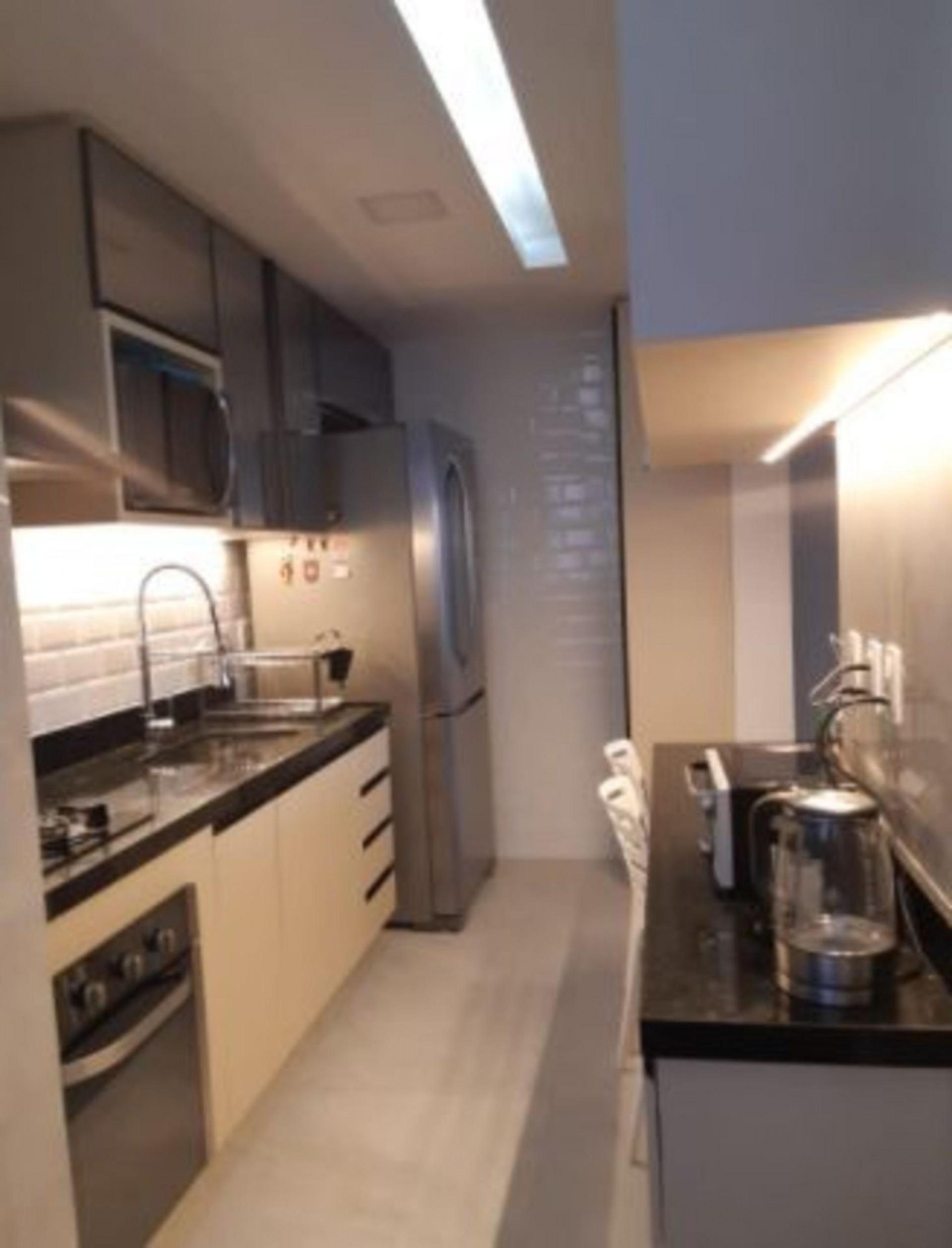 Veja a luz branca no teto e as quentes nas laterais da cozinha(Foto: Arquivo pessoal/Taís Valente)