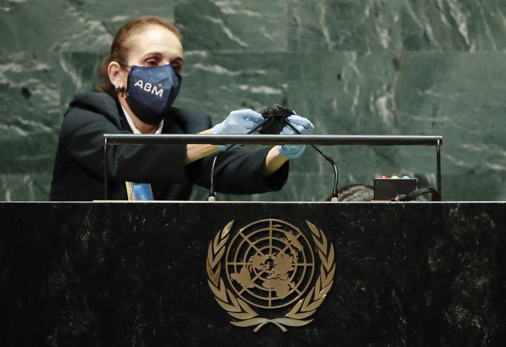 Funcionária das Nações Unidas higieniza os microfones no púlpito após o discurso de Bolsonaro, único chefe de Estado do G20 que disse não ter se vacinado (Foto: Eduardo Munoz-Pool / Getty Images / AFP)