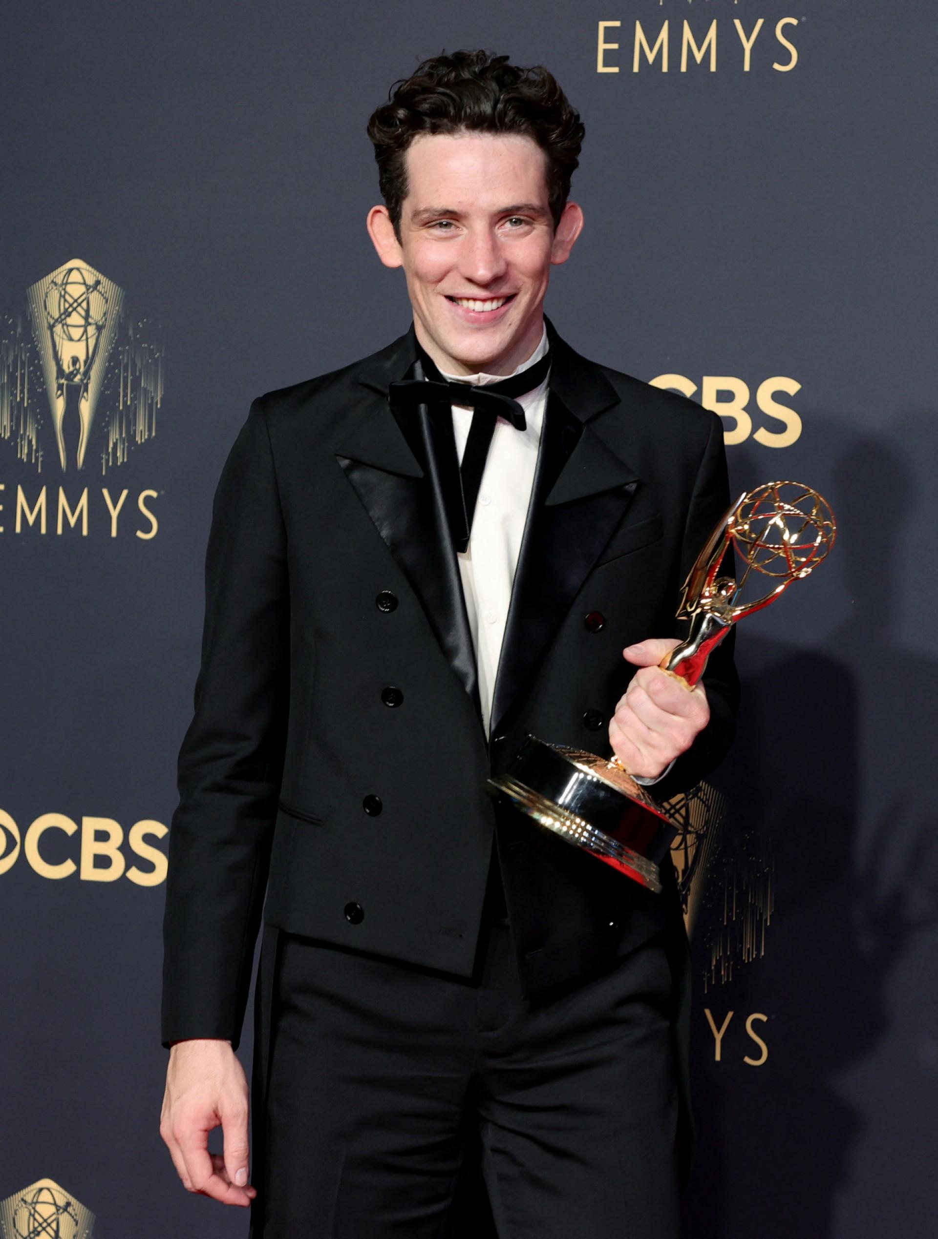 """Josh O'Connor levou estatueta do Emmy por """"The Crown"""""""